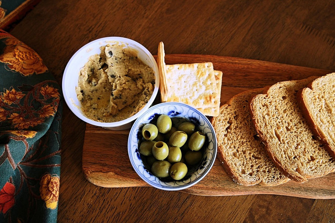 Lagani humus i parče hleba čine vas sitim, a ne goje