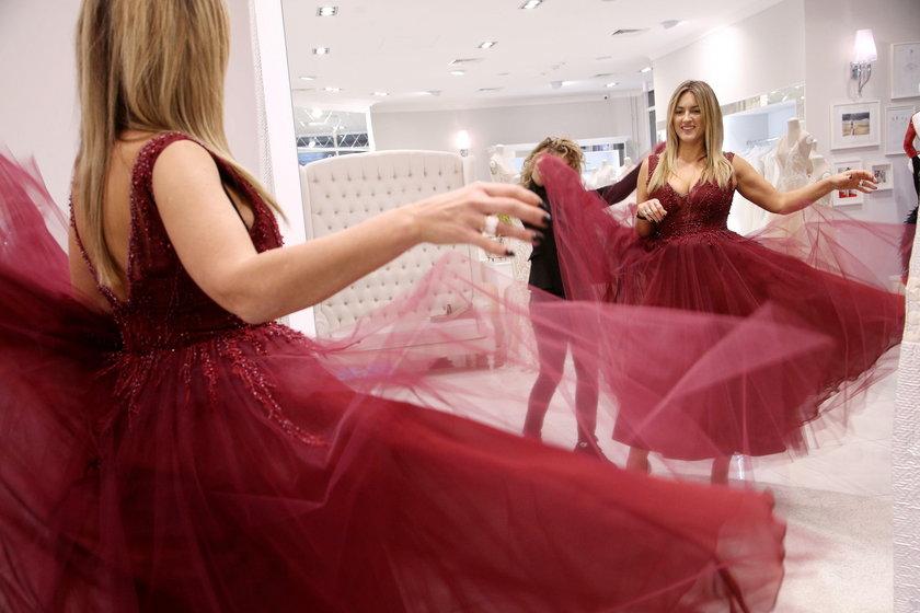 Karolina Szostak przymierza sukienki