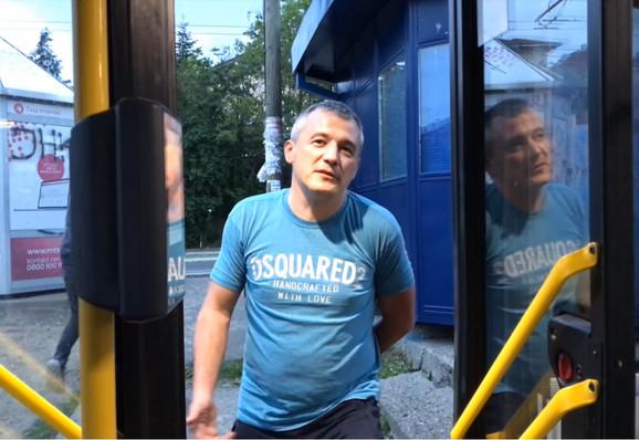 Sima Šarik u ulozi putnika koji ispituju i tako zadržavaju vozače