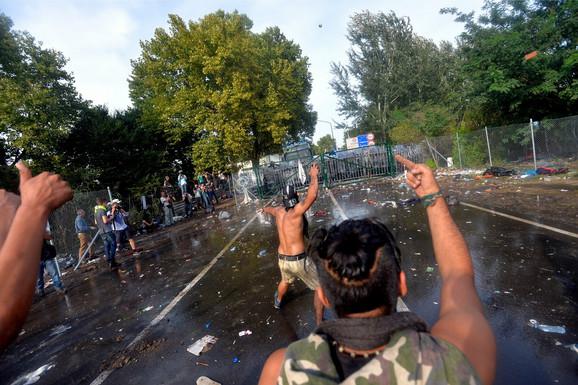 Mađarska je na granicu dovela i oklopna vozila