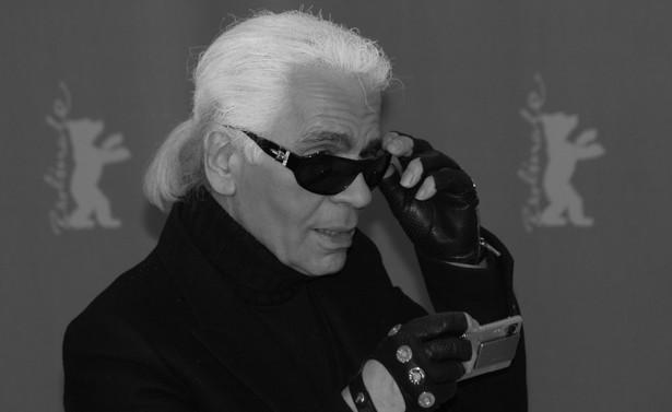 """Nosił czarne garnitury, przyciemniane okulary, a włosy związywał w kucyk. """"Jestem jak karykatura samego siebie i podoba mi się to. To jest jak maska. Dla mnie karnawał w Wenecji trwa cały rok"""" - mawiał o sobie Lagerfeld."""