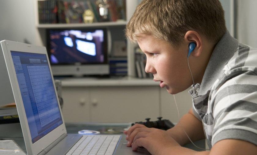dziecko przed komuterem
