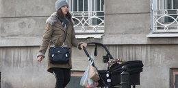 Czartoryska z córką na spacerze. Coś ją trapi?