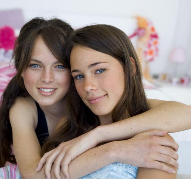 Érett leszbikus elcsábítja tini lányt