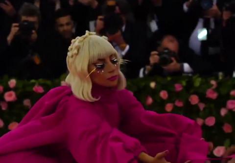 Presvukla se 4 PUTA ZA 15 MINUTA na crvenom tepihu: Lejdi Gaga nadmašila samu sebe!