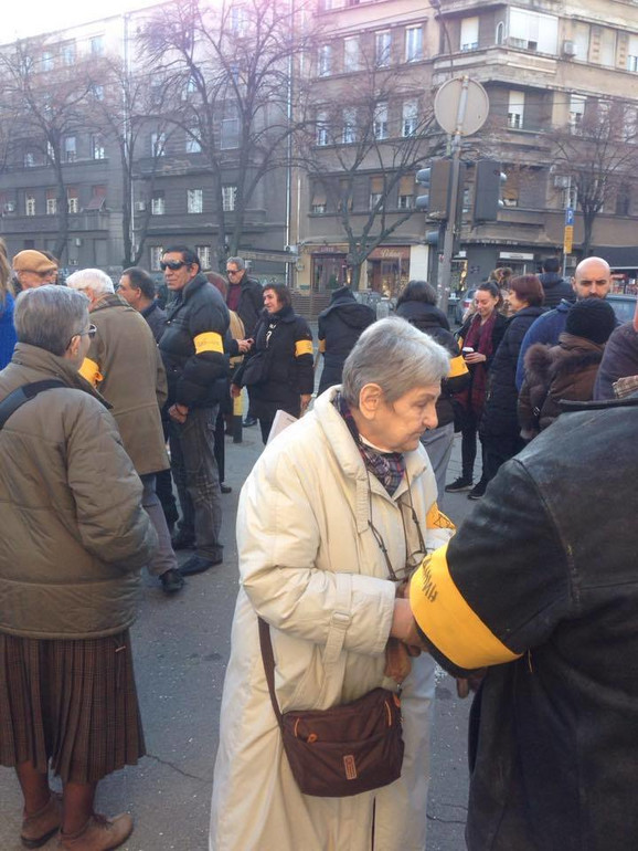 Okupljeni su imali žute trake oko ruku