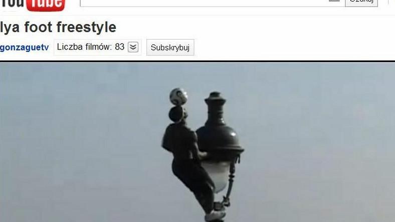 Iya Toure żongluje na latarni