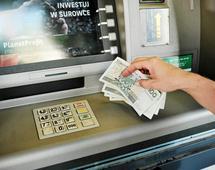 Z bankomatów najchętniej korzystaliśmy w 2013 r. kiedy wykonaliśmy w nich aż 778 mln operacji. Od tego czasu zainteresowanie systematycznie spada.