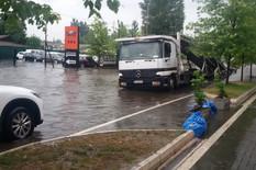POTOP NA DORĆOLU Automobili plivaju ulicama, voda preti da uđe u ZGRADE I KUĆE (VIDEO)
