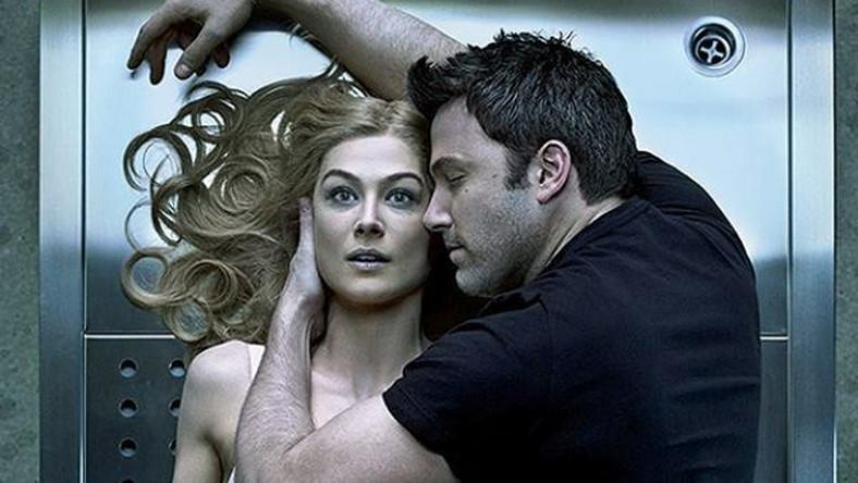 """Ekranizacja powieści o tym samym tytule w reżyserii Davida Finchera (""""Siedem"""", """"Podziemny krąg"""", """"The Social Network"""") okazała się za oceanem ogromnym sukcesem kasowym. Już na starcie sensacyjna opowieść zarobiła blisko 40 milionów dolarów (rekordowy wynik w karierze cenionego reżysera). To historia małżeństwa Nicka (Ben Affleck) i Amy (Rosamund Pike), która znika w piątą rocznicęich ślubu. Policja zjawia się w domu małżonków, aby przepytać męża w sprawie tajemniczego zaginięcia. Choć mężczyzna zapewnia, że nie ma nic wspólnego z incydentem, jego kłamstwa szybko zaczynają wychodzić na jaw… – Elegancki i ironiczny thriller Davida Finchera jest narracyjnym majstersztykiem. To film-labirynt, który wciąż kluczy między prawdą a kłamstwem, który bezbłędnie lawiruje między melodramatem, kryminałem a czarną jak nowotwór komedią – pisze Piotr Mirski w portalu Interia.pl"""