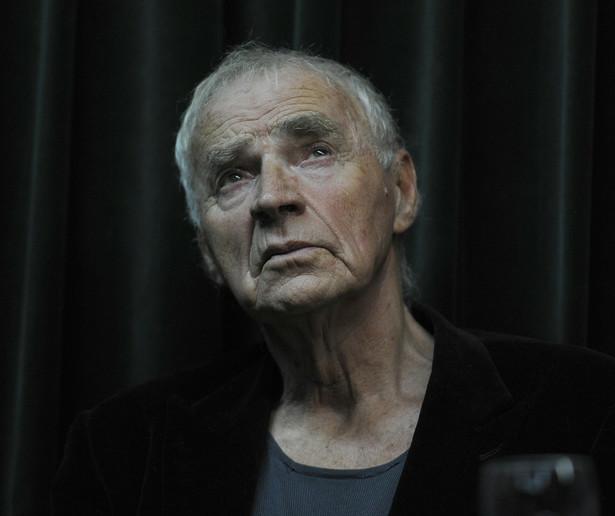 """Janusz Zaorski: Ciągle mu zarzucano, że powinien napisać grubą powieść. Tak jakby liczyła się tylko ilość. Tymczasem Janusz chciał uchwycić teraźniejszość, naszą inność. Po latach to cenna kronika życia tzw. bananowej młodzieży, czy wypalonych już młodych-starych. Prześwietlał swoje pokolenie, które urodziło się przed wojną, i któremu przyszło się męczyć w tych dziwacznych czasach przełomu. """"Choinka strachu"""" jest bardzo ważnym zapisem myślenia całej generacji na początku lat 80. Krzysztof Mętrak mawiał, że Głowa umiał zakręcić zdaniem. Proszę pamiętać, że kiedy Janusz pisał, wszystko było objęte cenzurą. Gdyby coś wyartykułował wprost, nigdy nie ujrzałoby to światła dziennego. Dlatego toczył bardzo sprytną grę z rzeczywistością. Wiedział, że polskość nie może oznaczać potulności, prowincjonalności. Dlatego dziś z pełną świadomością mogę powiedzieć, że Janusz Głowacki był następcą Sławomira Mrożka, Stanisława Dygata, Witolda Gombrowicza, czyli tych, którzy boleśnie odczuwali rzeczywistość i starali się uświadomić innym, że nie wolno operować tylko dogmatami. Na zdjęciu: Janusz Głowacki."""