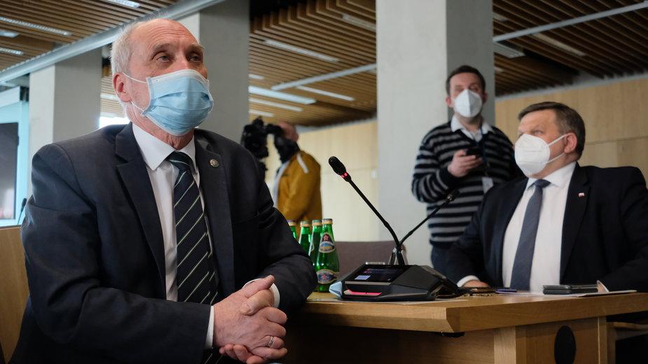 Antoni Macierewicz (L) oraz wiceminister obrony narodowej Wojciech Skurkiewicz (P)