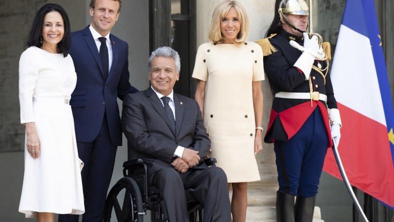 Pary prezydenckie Francji i Ekwadoru spotkały się wczoraj w Paryżu. Obie pierwsze damy postawiły na stylizacje w jasnych kolorach i choć jedna wystąpiła w sukience mini, a druga w midi, panie wyglądały znakomicie...