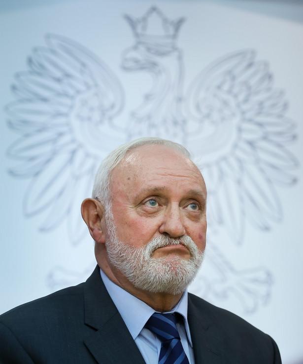 Sekretarz PKW Kazimierz Czaplicki podczas konferencji prasowej