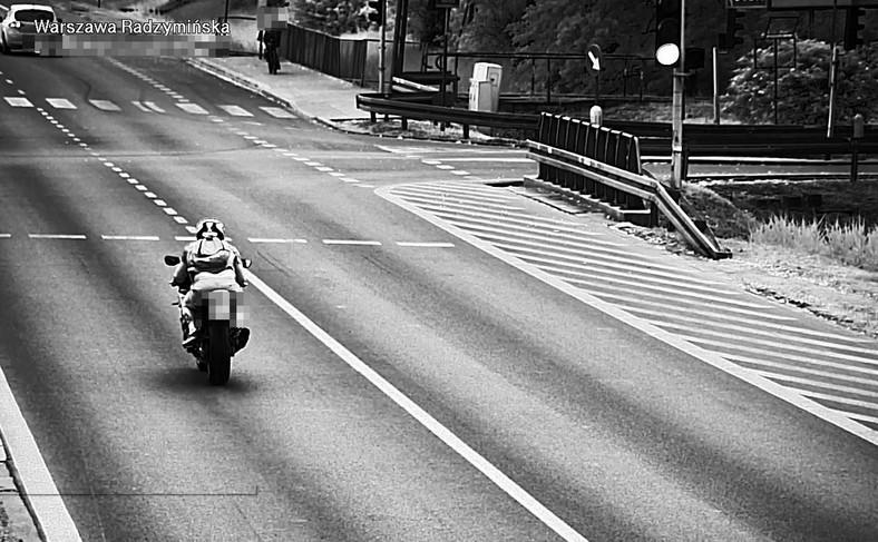 Nowa kamera rejestruje obraz z tyłu pojazdu, co jest pomocne przy identyfikacji np. motocykla, którym kierujący popełnił wykroczenie