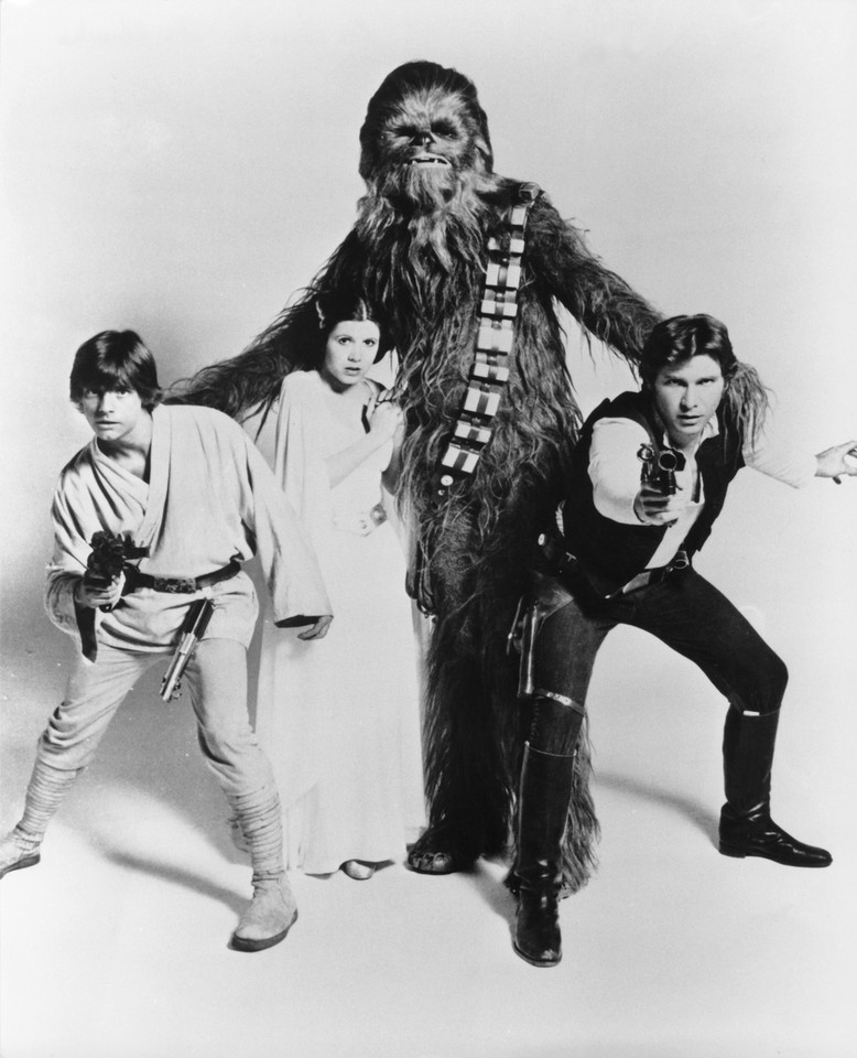 Carrie Fisher, Harrisson Ford, Mark Hamill i Peter Mayhew w 1977 roku