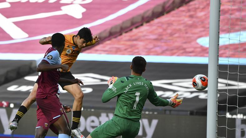 Raul Jimenez strzela gola dla Wolverhampton