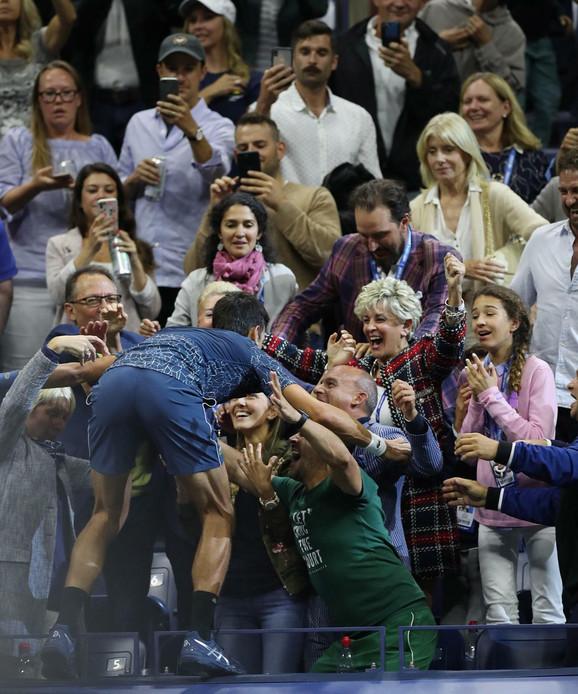 Novak Đoković slavi sa porodicom, prijateljima i stručnim štabom (Rebeka Mekdonald druga sdesna, karirani komplet)