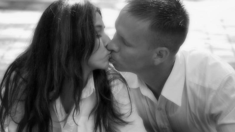 Ilu mężczyzn całuje kobieta przed ślubem?