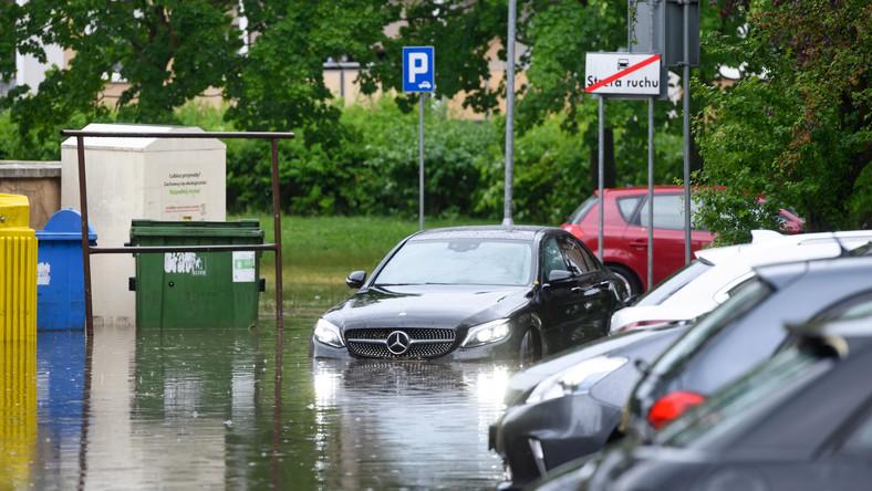 Zalania na osiedlu Łokietka, po gwałtownej burzy, która przeszła nad Poznaniem