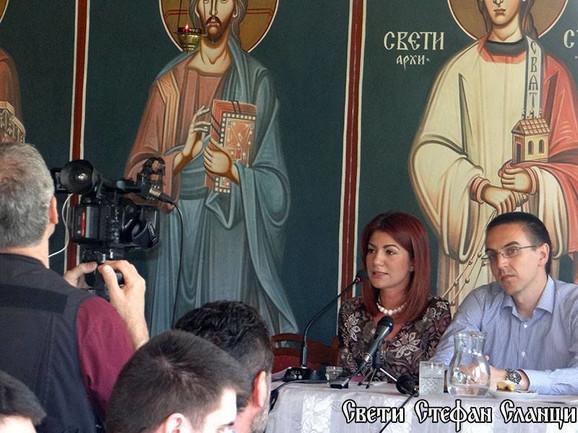 Jovana Stojković drži predavanje u verskom objektu artemijevca