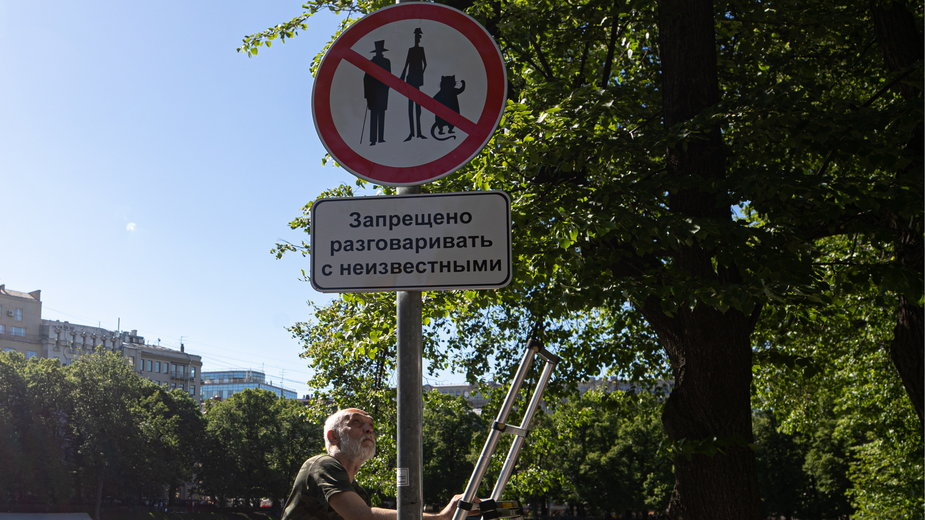"""Znak """"Rozmowa z nieznajomymi zabroniona"""" z wizerunkami Wolanda, Korowiowa i Behemota postawiony w 2019 r. na Patriarszych Prudach w Moskwie, gdzie rozgrywa się początek """"Mistrza i Małgorzaty"""""""