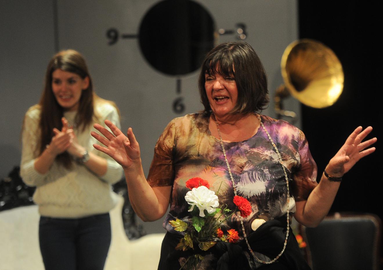 Na sceni je uvek na visini zadatka: iza glumice vidite njenu koleginicu Tamaru Dragičević