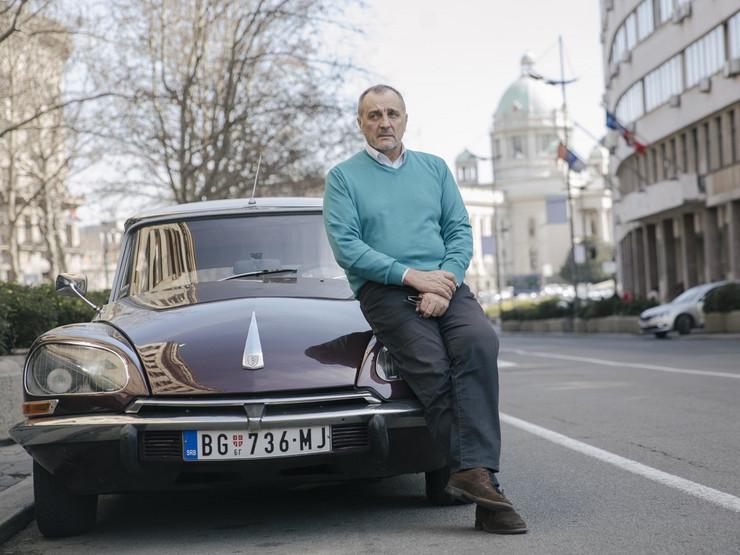 """Zoran Živković pored svog automobila """"ajkule"""""""