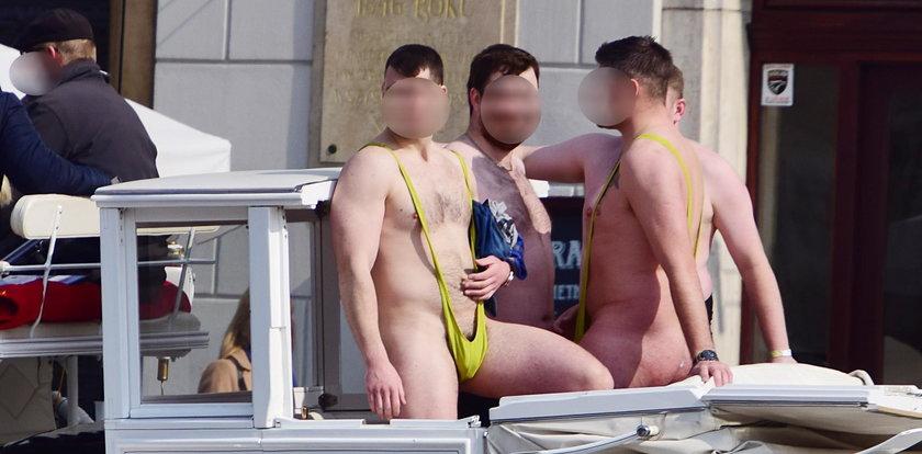 Turyści świecili golizną w centrum Krakowa. Jest kara