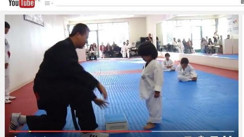 chłopiec trenuje taekwondo