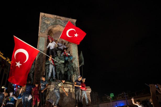 W demonstracji udział brali studenci, nauczyciele, przedstawiciele społeczeństwa obywatelskiego oraz niektórzy deputowani opozycji.