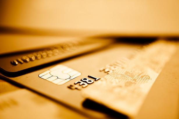 Dla polskiej gospodarki mamy dane dotyczące użycia kart płatniczych z kilku banków i one sugerują 30-40 proc. spadki wydatków, głównie konsumpcyjnych - mówi ekspert