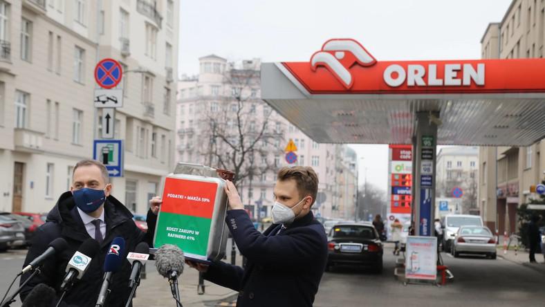 Cezary Tomczyk i Krzysztof Truskolaski na stacji Orlen