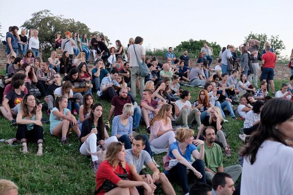 Publika je svoje mesto zauzimala i na travi