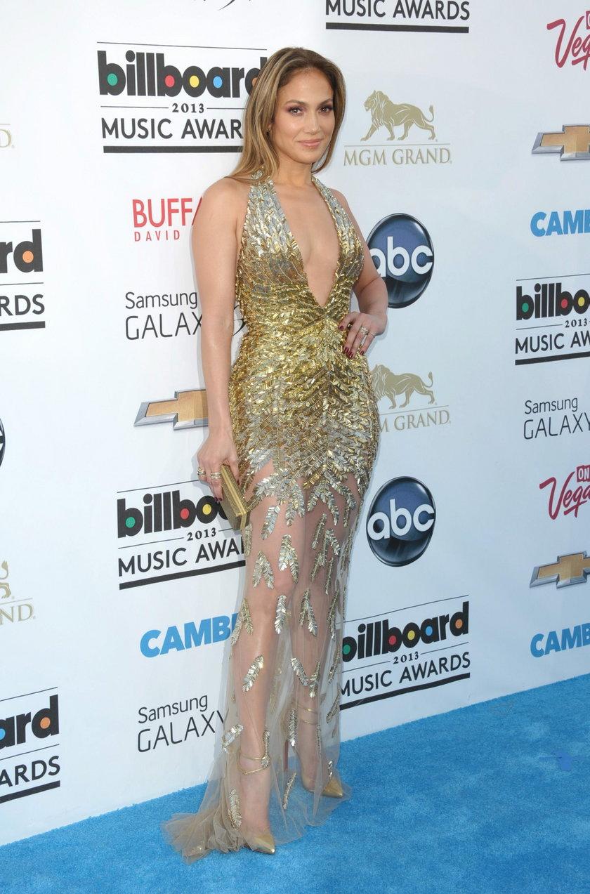 Jennifer Lopez w złotej sukience na ściance