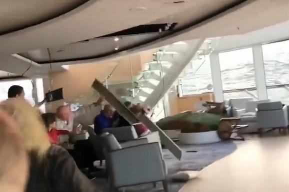 ZASTRAŠUJUĆI SNIMAK Talasi bacaju kruzer kao kutiju šibica, stakla pucaju, voda prodire, ljudi PANIČNO ČEKAJU SPAS (VIDEO)