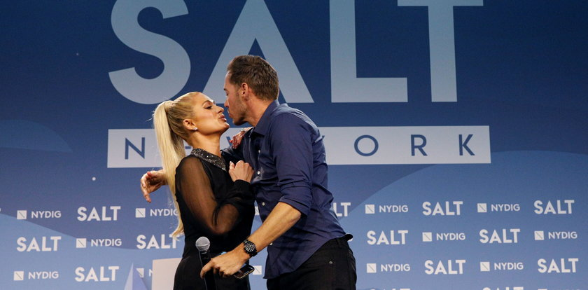 Jak całuje Paris Hilton? Jej związek kipi od namiętności!