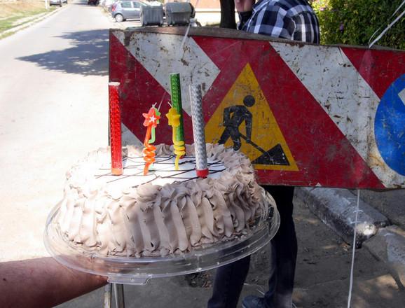 Nišlije su na problem neasfaltirane rupe ukazali proslavom rođendana