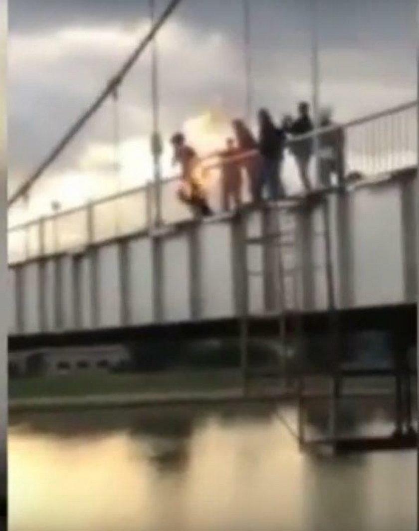 Nastolatkowie podpalili się i wskoczyli do rzeki. Dlaczego?