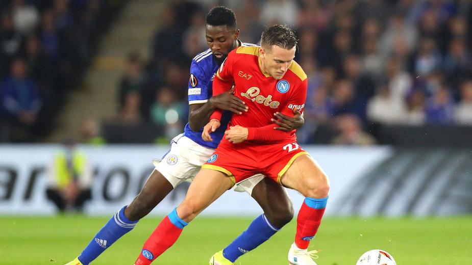 Piotr Zieliński (czerwona koszulka) w meczu z Leicester City