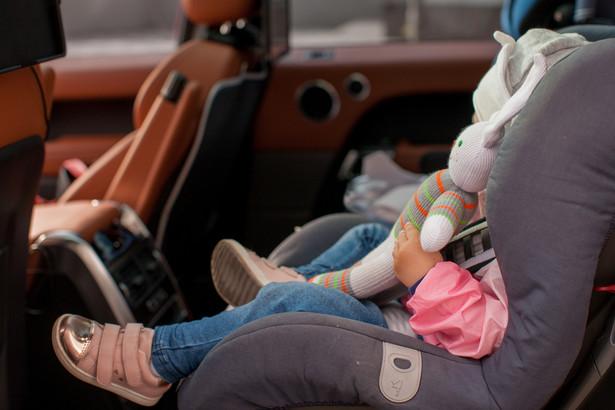 Przewożenie dziecka poza fotelikiem ochronnym lub innym urządzeniem do przewożenia dzieci zagrożone jest mandatem w wysokości 150 zł oraz 6 punktami karnymi
