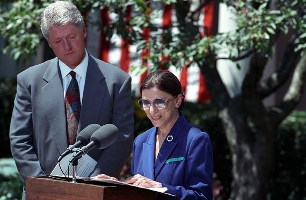 Ruth Bader Ginsburg nominowana na sędzię SN przez Billa Clintona, rok 1993, National Archives and Records Administration, Public domain, via Wikimedia Commons