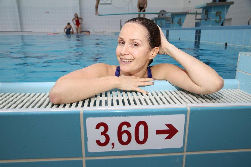 Monika Mrozowska w basenie