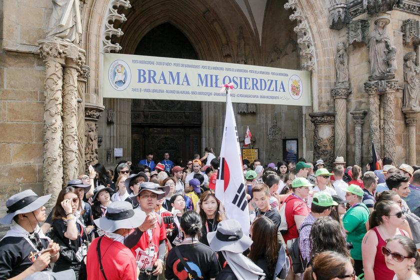 Brama Miłosierdzia w drzwiach wrocławskiej Katedry