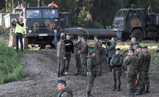 Warszawa: Żołnierze rozpoczęli łączenie mostu pontonowego na Wiśle