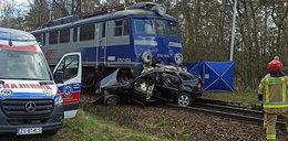 Pociąg zmiażdżył samochód 26-latka. Mężczyzna nie miał szans