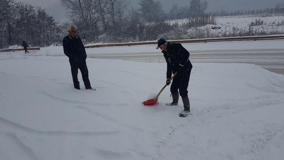Na novovaroškim ulicama danas ima i do pola metra snega