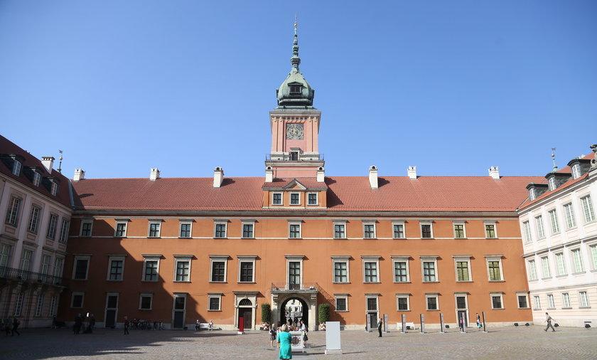 W ostatnim czasie turyści z Polski najchętniej odwiedzali Pałac Kultury i Nauki oraz Łazienki Królewskie, a cudzoziemcy Zamek Królewski.