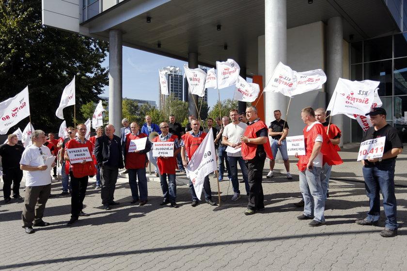 Katowice. Pikieta Sierpnia 80 przed ING Bankiem Śląskim