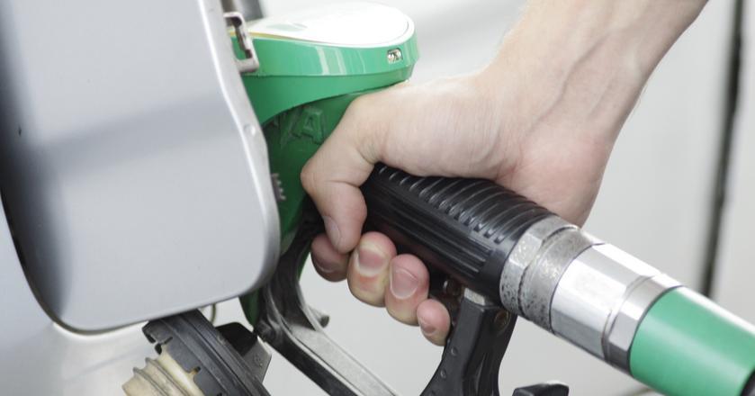 Na półmetku wakacji paliwa są tańsze niż przed rokiem. Analitycy spodziewają się stabilizacji cen. Na niektórych stacjach możliwe są nieznaczne podwyżki